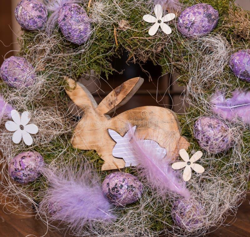 Ostern-Kranz mit Eiern und Häschen stockbilder