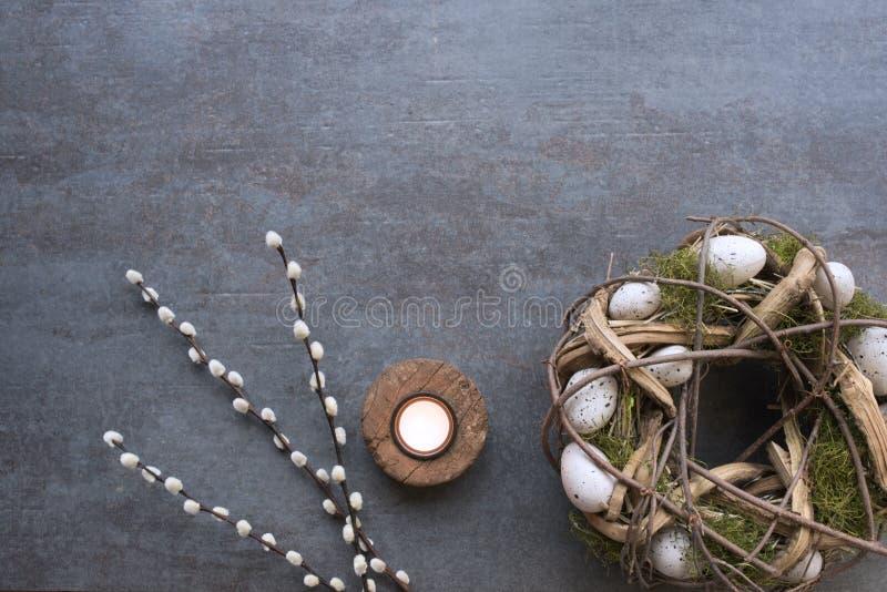 Ostern-Kranz, Pussyweide und Kerze stockfoto