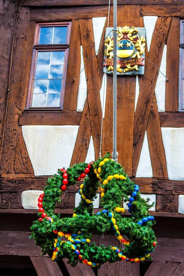 Ostern-Kranz und Wappen am Rathaus in Michelstadt, Odenwald lizenzfreies stockbild