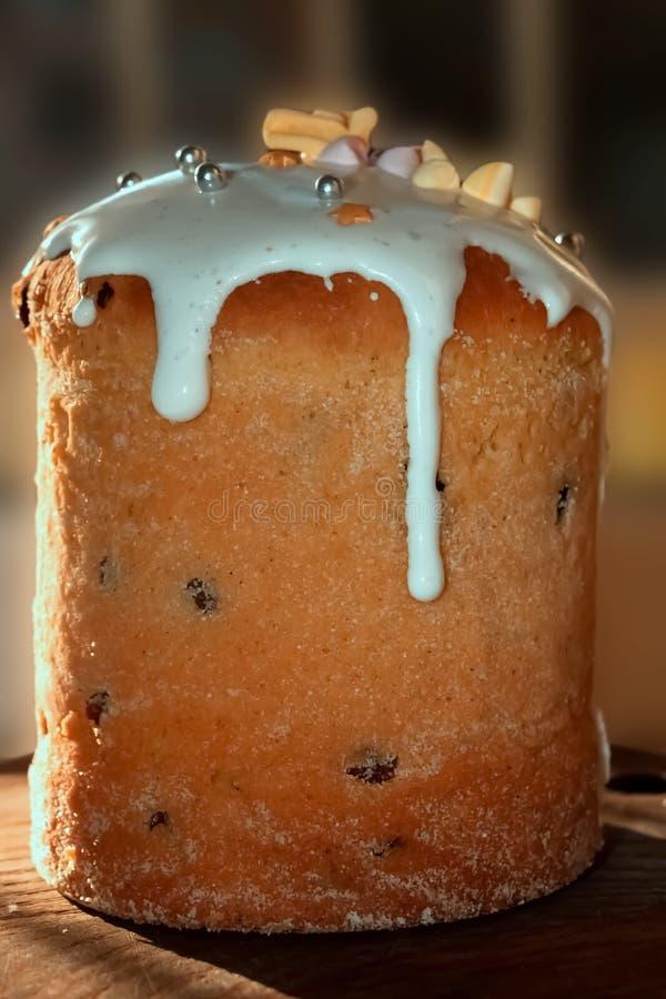 Ostern-Kuchen auf einem hölzernen Brett lizenzfreie stockfotos
