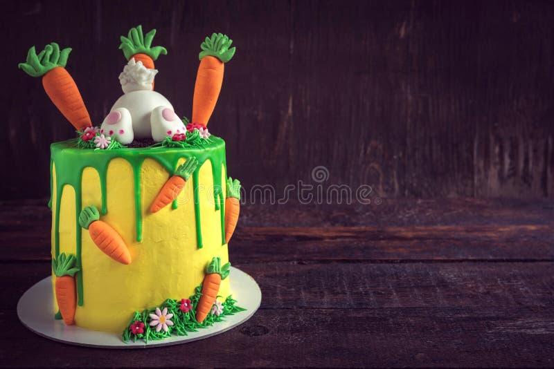 Ostern-Kuchen gedient auf dem hölzernen Hintergrund stockfotografie