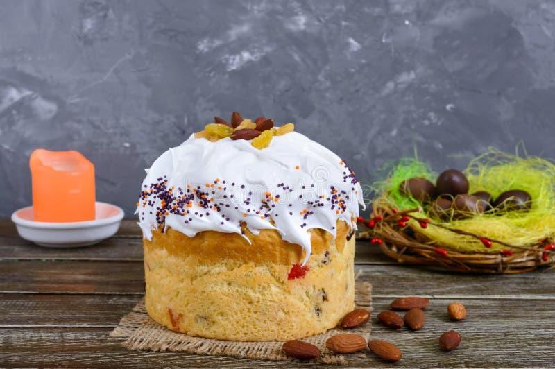 Ostern-Kuchen, gemalte Eier, Schokoladenbonbons und andere Attribute von Ostern Süßes festliches Brot stockfotos