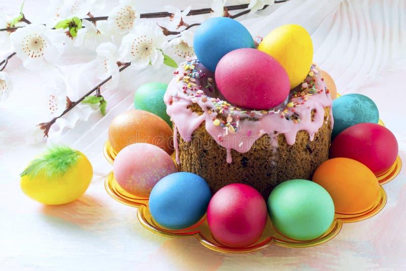 Ostern-Kuchen, gemalte Eier und Frühlingsblumen lizenzfreie stockfotografie