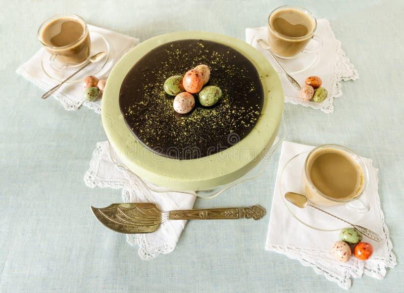 Ostern-Kuchen mit Tee matcha verzierte Schokoladeneier stockfoto