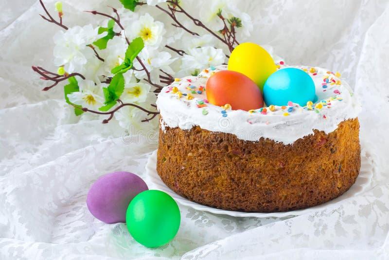 Ostern-Kuchen und bunte Ostereier stockfotografie
