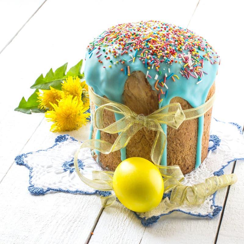 Ostern-Kuchen und bunte Ostereier stockfotos