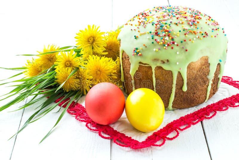 Ostern-Kuchen und bunte Ostereier lizenzfreies stockbild