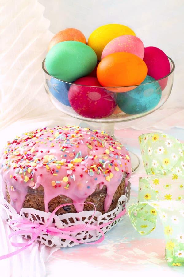 Ostern-Kuchen und gemalte Eier lizenzfreie stockfotos