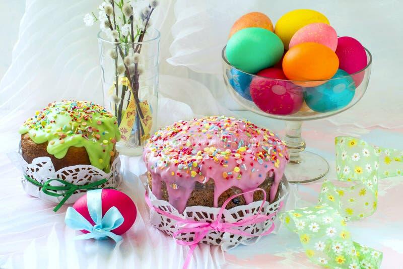 Ostern-Kuchen und gemalte Eier stockfotos