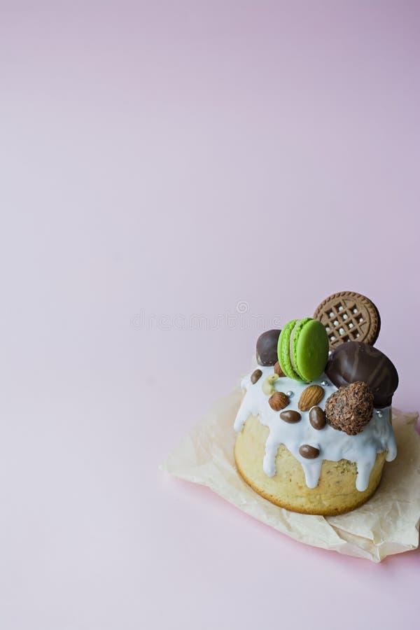 Ostern, Ostern-Kuchen verziert mit Schokolade und Makronen Traditionelles Kulich, Ostern-Brot Fr?hlingsfeiertag zum Gedenken an stockfotos