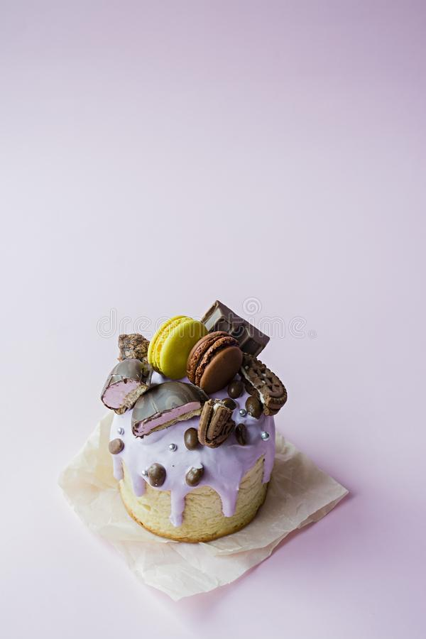 Ostern, Ostern-Kuchen verziert mit Schokolade und Makronen Traditionelles Kulich, Ostern-Brot Fr?hlingsfeiertag zum Gedenken an lizenzfreie stockfotografie