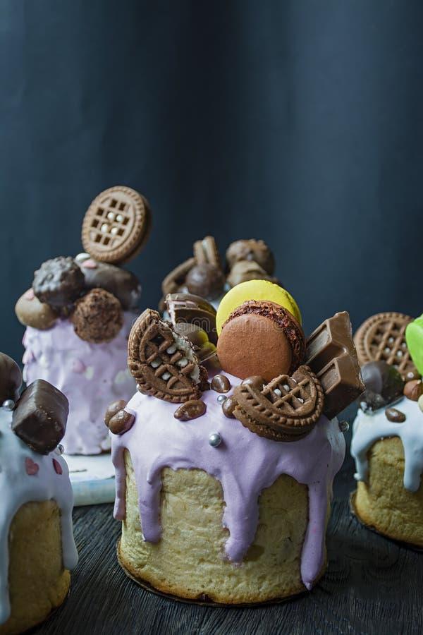 Ostern, Ostern-Kuchen werden mit Schokolade und Makronen verziert Traditionelles Kulich, Ostern-Brot Fr?hlingsfeiertag zum Gedenk lizenzfreie stockfotografie