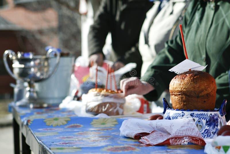 Ostern-Kuchenkerzen und heiliges Wasser lizenzfreies stockfoto