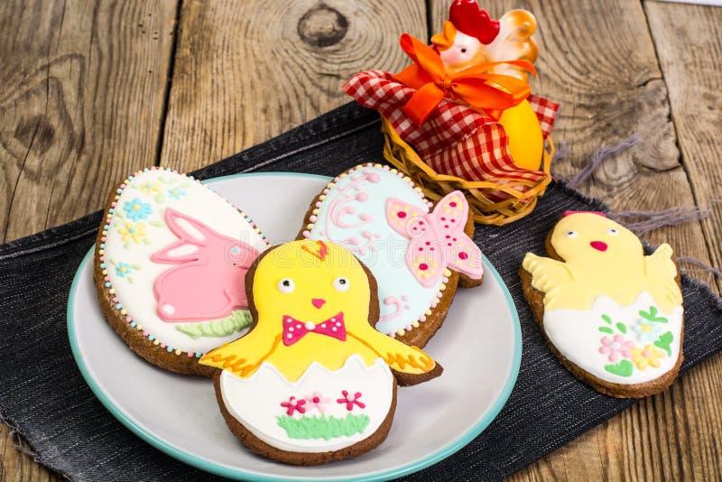 Ostern-Lebkuchenplätzchen mit Zuckerglasur lizenzfreie stockfotos