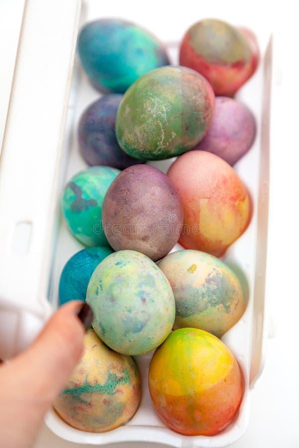 Ostern malte Eier gefaltet im Plastikbehälter lizenzfreie stockbilder