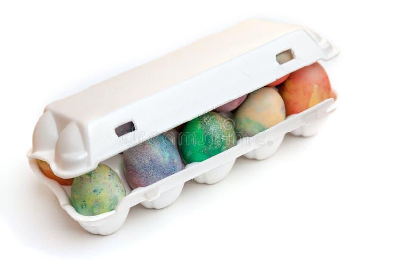 Ostern malte Eier gefaltet im Plastikbehälter stockfotografie