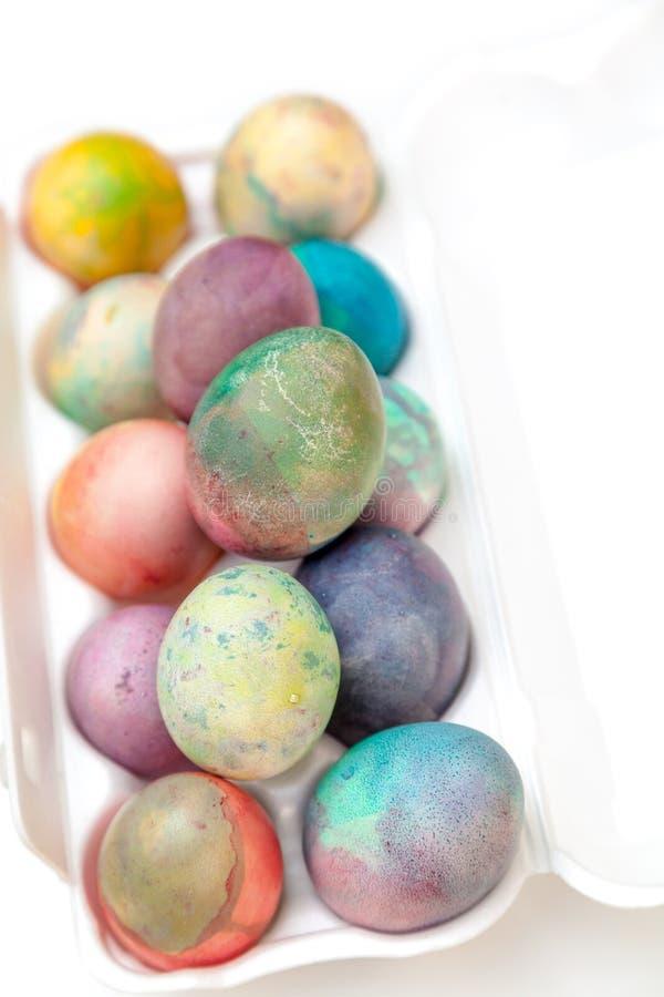 Ostern malte Eier gefaltet im Plastikbehälter stockfoto