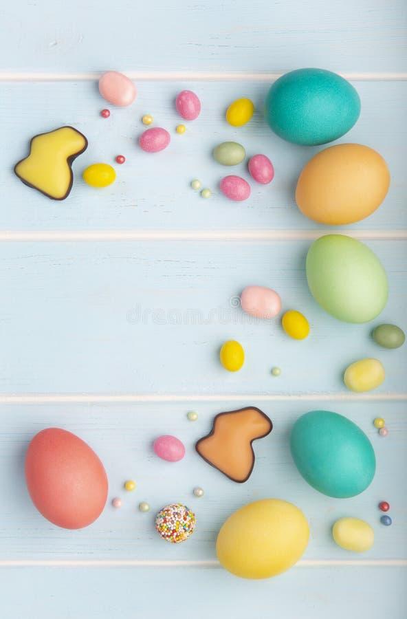 Ostern malte Hühnereien, Schokoladenhäschen, verschiedene Süßigkeiten und bunt besprüht lizenzfreies stockbild