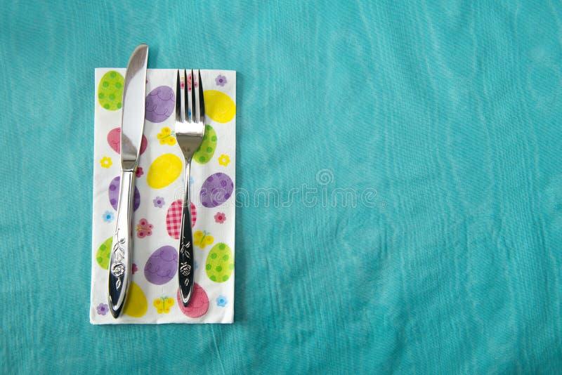Ostern-Nahrungsmitteltabellen-Gedeck, Messer, Gabel stockbild