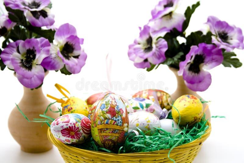 Ostern-Nest mit Blumendekoration stockfoto