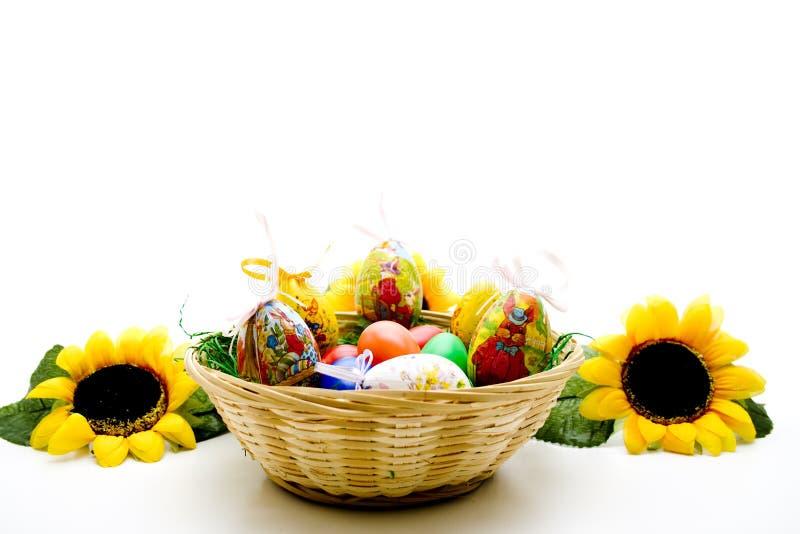 Ostern-Nest mit Sonnenblumen stockfotos