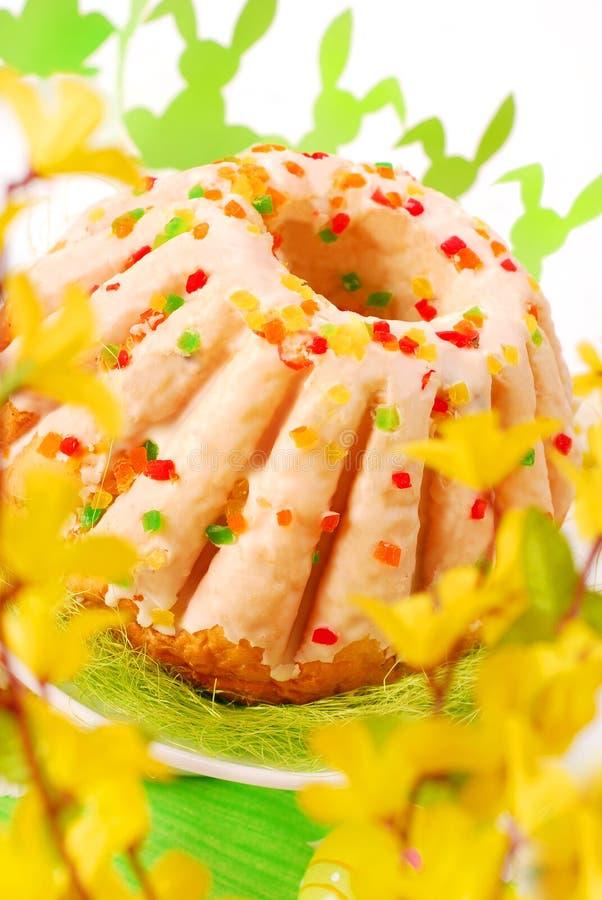 Ostern-Ringkuchen mit Glasur lizenzfreie stockfotos