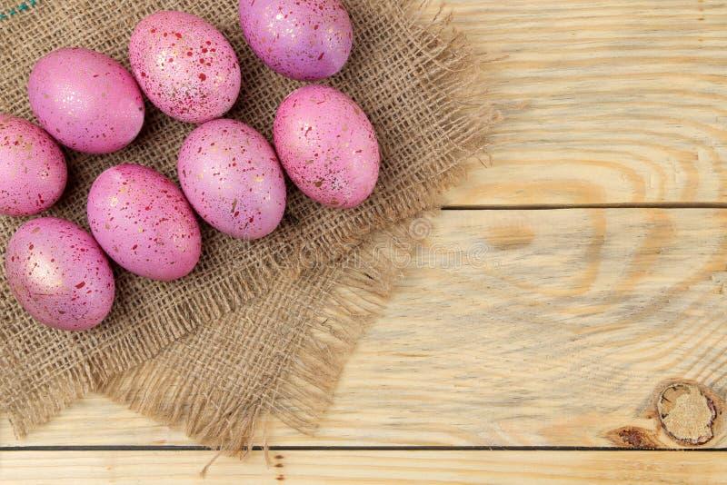 ostern Rosa Ostereier auf einer Serviette auf einem natürlichen Holztisch Fröhliche Ostern feiertage Beschneidungspfad eingeschlo stockfoto