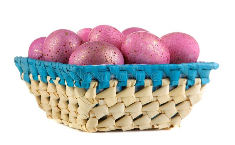 ostern Rosa Ostereier im Korb auf weißem Hintergrund Nahaufnahme Fröhliche Ostern feiertage stockfoto