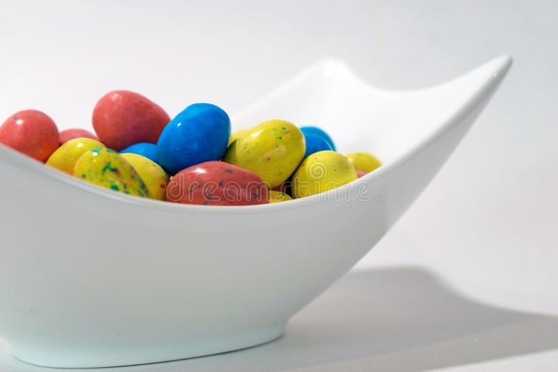 Ostern-Süßigkeit im weißen Teller auf weißem Hintergrund lizenzfreie stockfotos