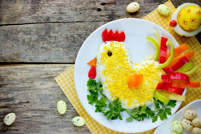 Ostern-Salat formte buntes Huhn für Ostern-Abendessen lizenzfreies stockfoto