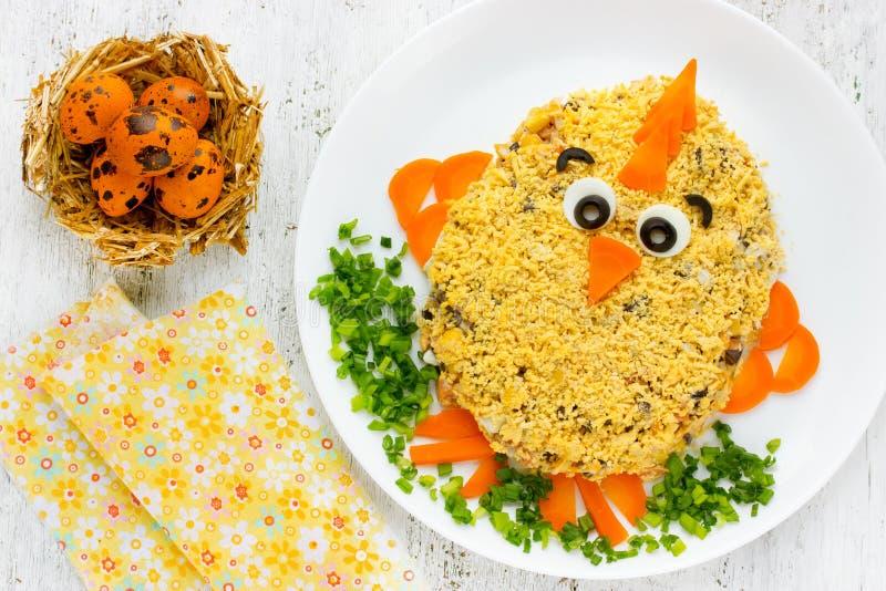 Ostern-Salat formte lustiges Ostern-Huhn - lustige Idee für Ostern lizenzfreies stockbild