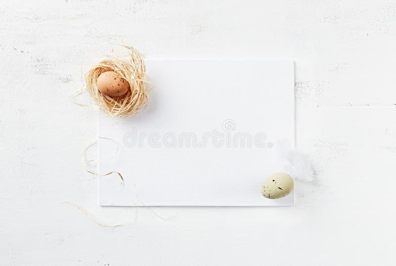 Ostern-Schablone mit Ostern-Dekorationen stockbilder