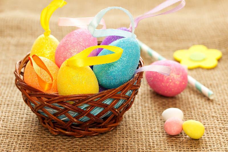 Ostern-Stillleben in einem Landhausstil mit farbigen Eiern stockfotografie
