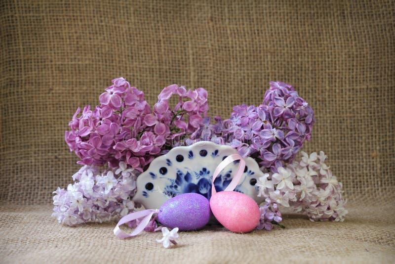 Ostern-Stillleben mit üppigen Blumen und lila dekorativem Ostern lizenzfreies stockfoto