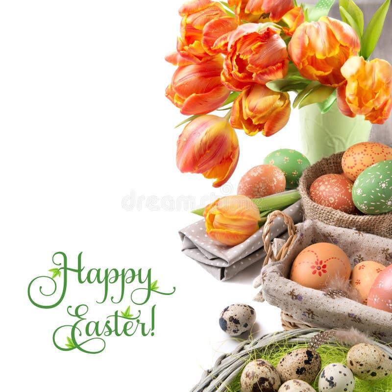 Ostern-Stillleben mit orange Tulpen und Ostern-Dekorationen stockbild