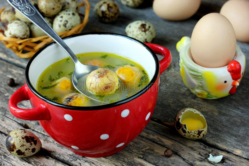 Ostern-Suppe mit Eigelb stockbild