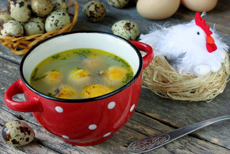 Ostern-Suppe mit Eigelben stockfoto