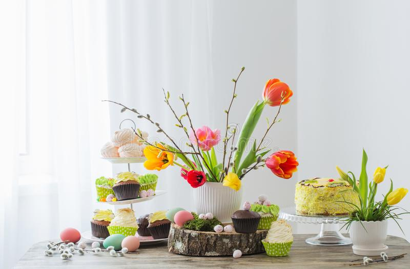 Ostern-Tabelle mit Tulpen und Dekorationen lizenzfreie stockbilder