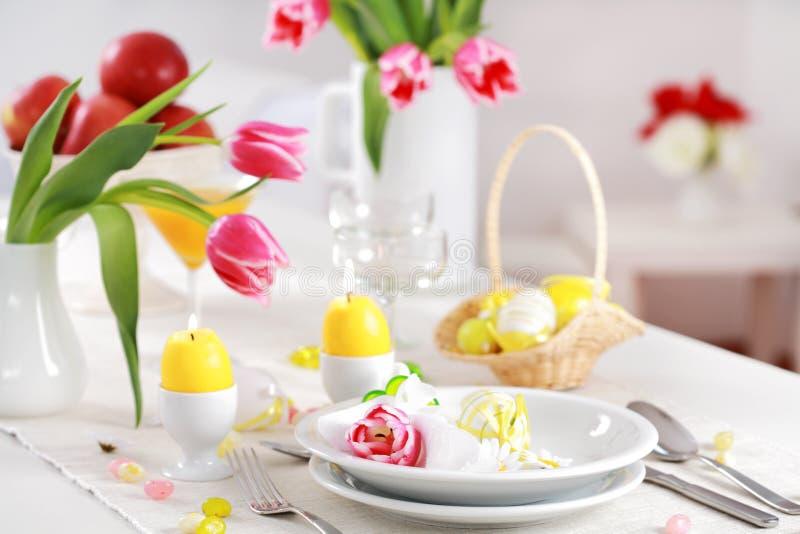 Ostern-Tabelleneinstellung stockbilder