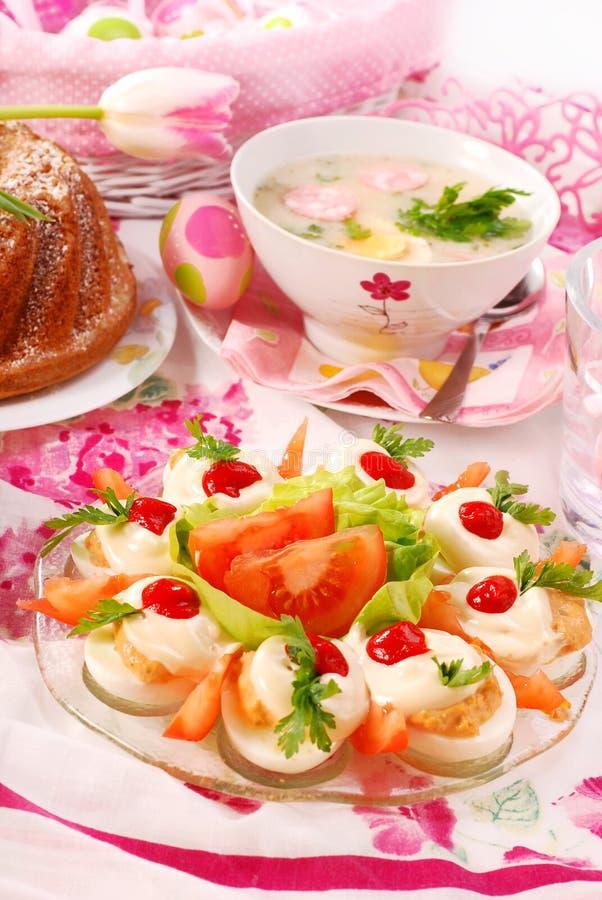 Ostern-Teller auf festlicher Tabelle stockbilder