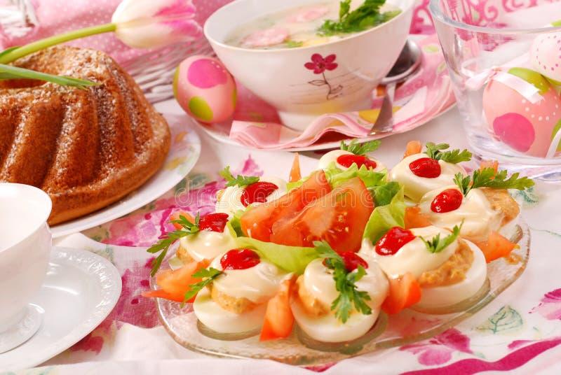 Ostern-Teller auf festlicher Tabelle lizenzfreie stockfotografie