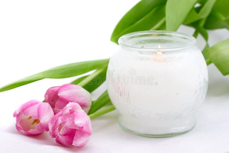 Ostern-Tulpen mit Kerze lizenzfreie stockfotos