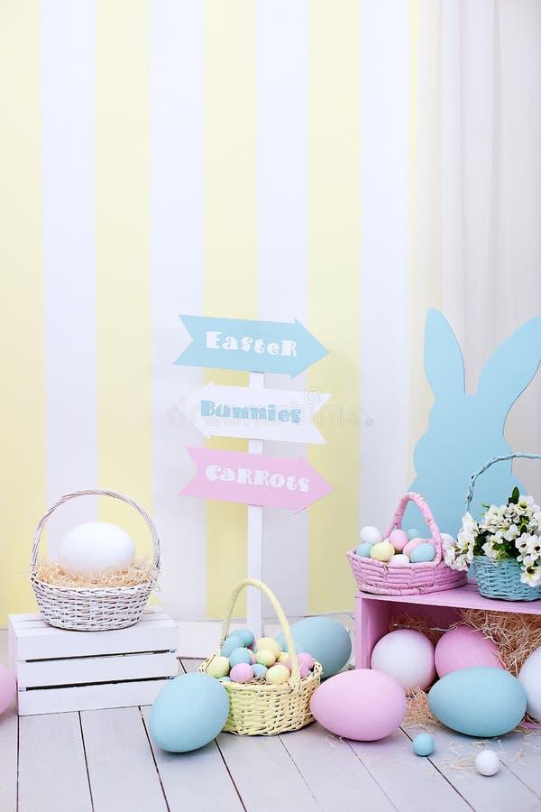 Ostern- und Frühlingsdekor Große mehrfarbige Eier und Osterhase stockbild