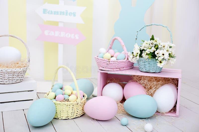 Ostern- und Frühlingsdekor Große mehrfarbige Eier und Osterhase lizenzfreies stockfoto