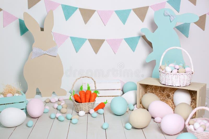 Ostern! Viele bunten Ostereier mit Häschen und Körben! Ostern-Dekoration des Raumes, Kinderzimmer für Spiele Korb mit lizenzfreies stockfoto