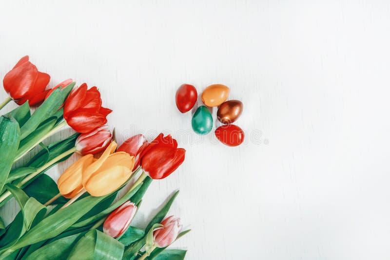 Ostern-Wachteleier frisch und bunte Tulpen auf einem hellen Hintergrund lizenzfreies stockfoto