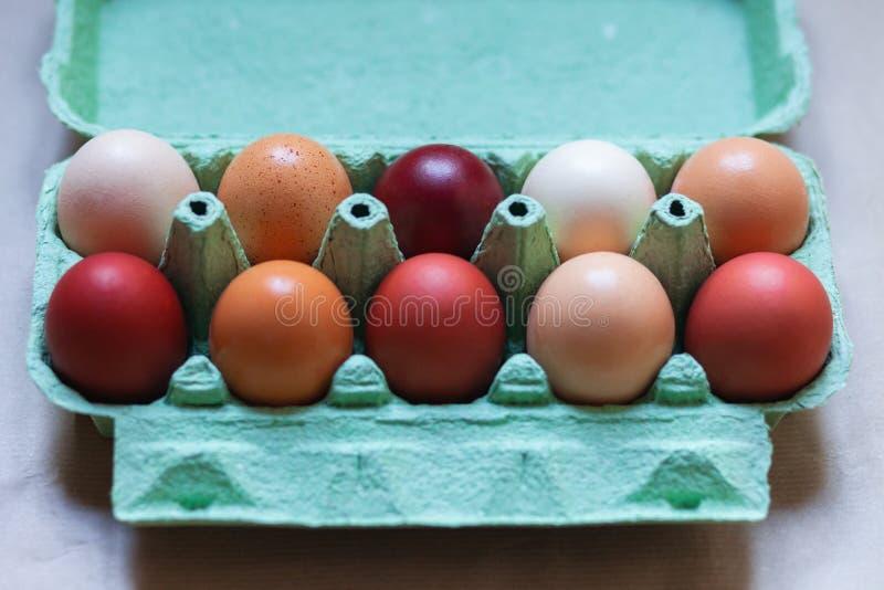 Ostern-Zusammensetzung mit farbigen Eiern stockfoto