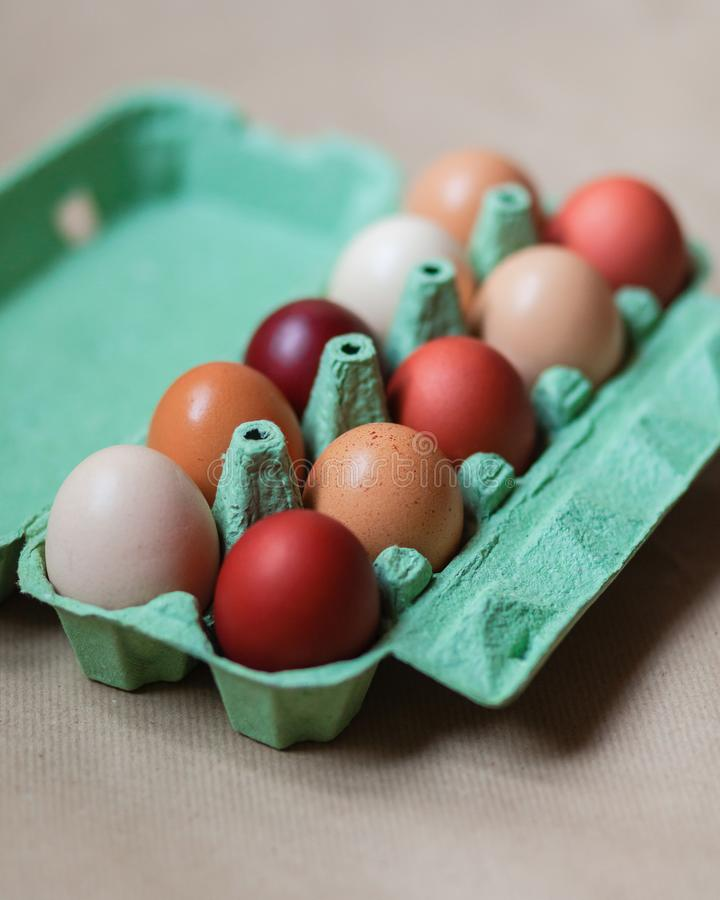 Ostern-Zusammensetzung mit farbigen Eiern lizenzfreies stockbild