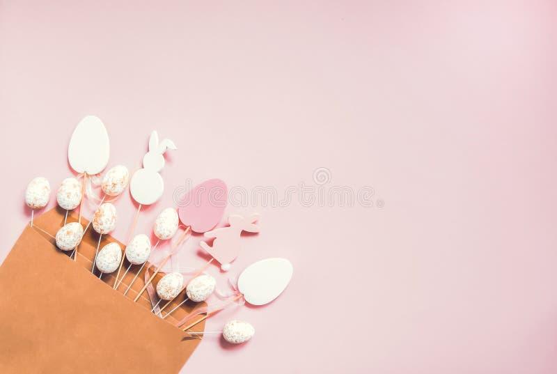 Ostern-Zusammensetzung mit traditionellem Dekor Dekorative bunte hölzerne Zahlen des Eies und des Kaninchens im Kraftpapierumschl stockfotos