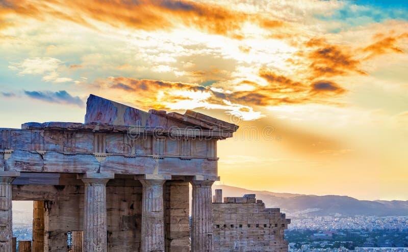 Ostfassade des Propylaea-Eingangszugangs, der die Stadt von Athen bei Sonnenuntergang übersieht lizenzfreie stockfotografie